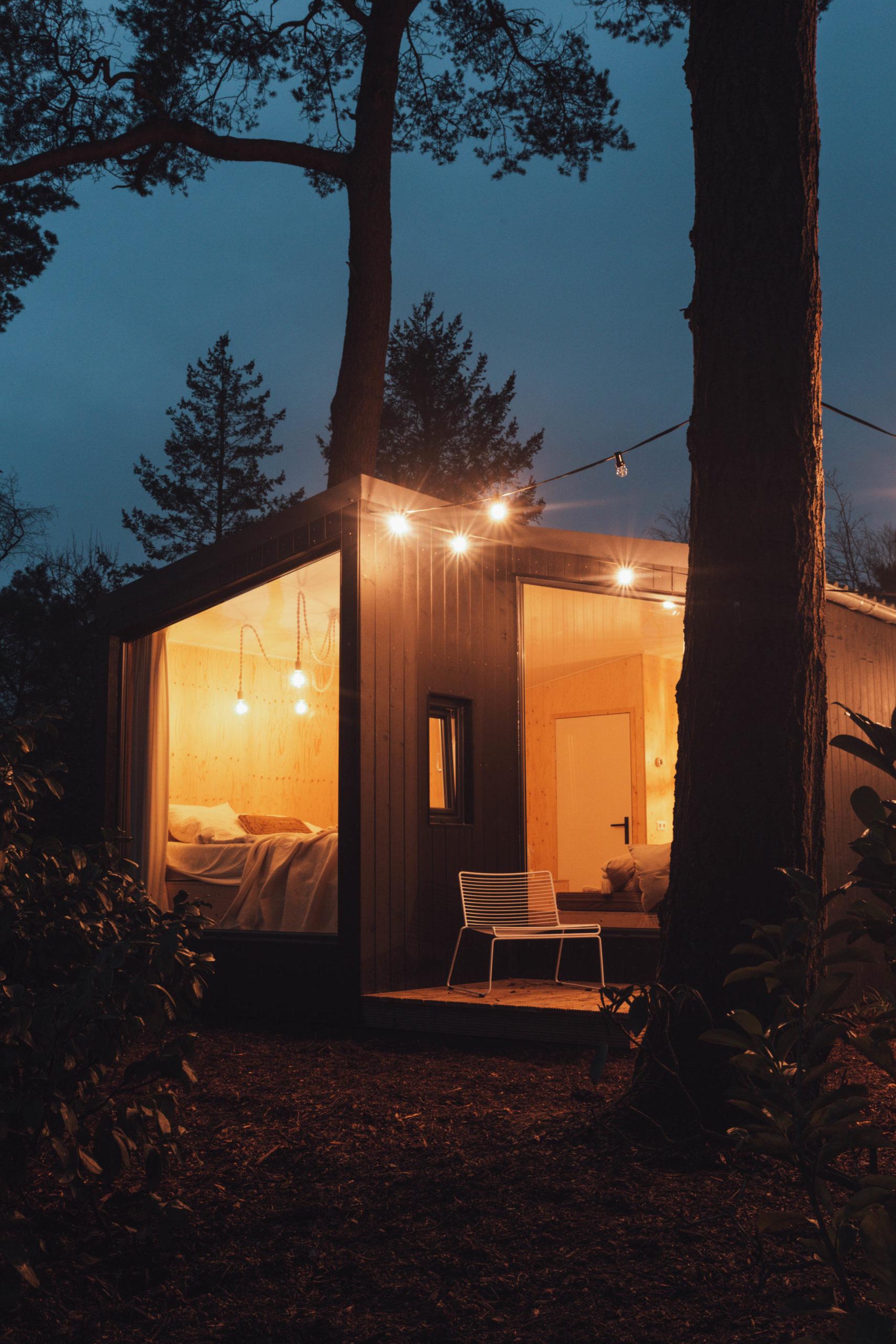 NOYR tiny house buiten donker close-up