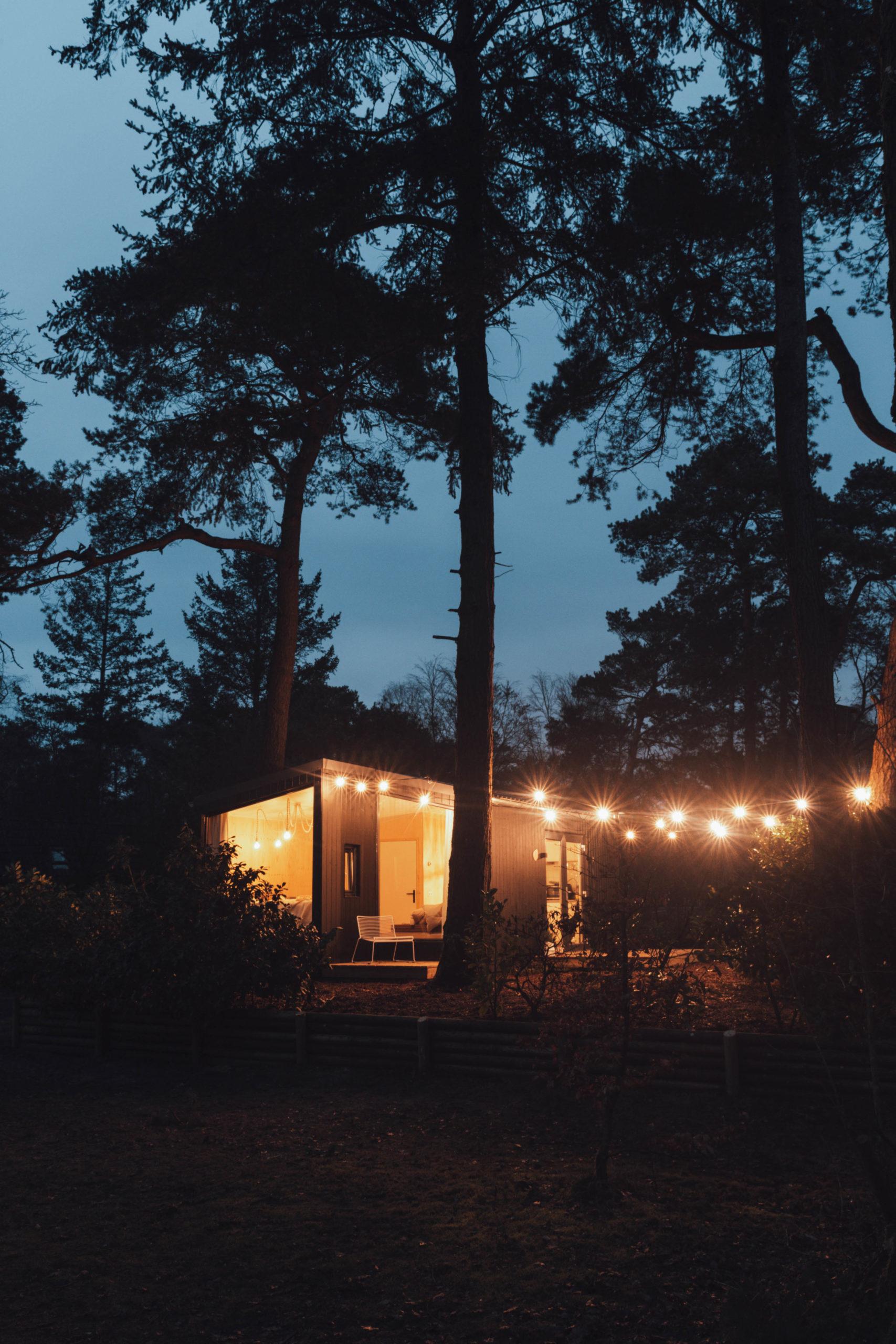 NOYR tiny house buiten donker